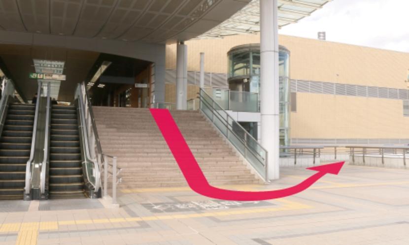 【長野駅からのルート3】階段を降りてすぐ右後方の階段を降ります。