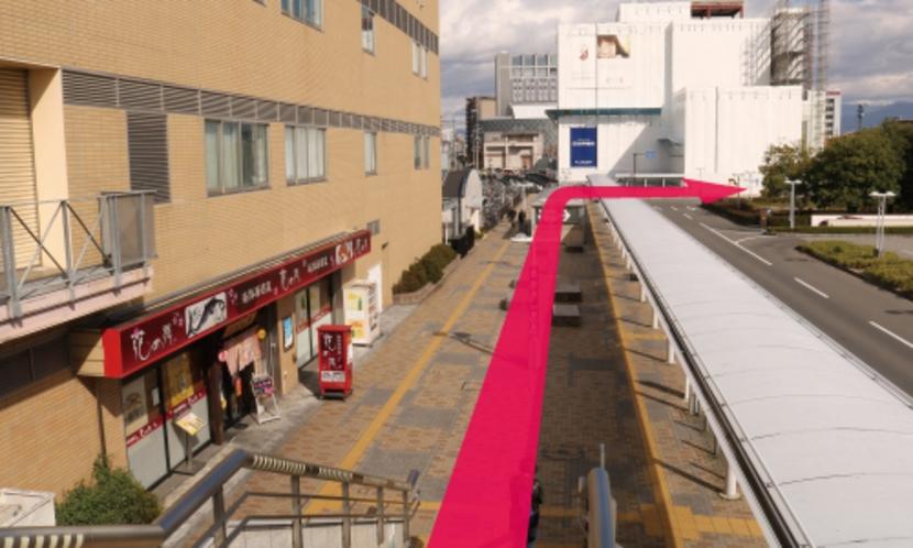 【長野駅からのルート4】階段下の歩道を進み、つきあたりを右に曲がっ て進みます。