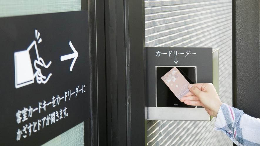 <別館入り口自動ドア>別館へ入館の際はカードリーダーにて確認後、入館いただきます。