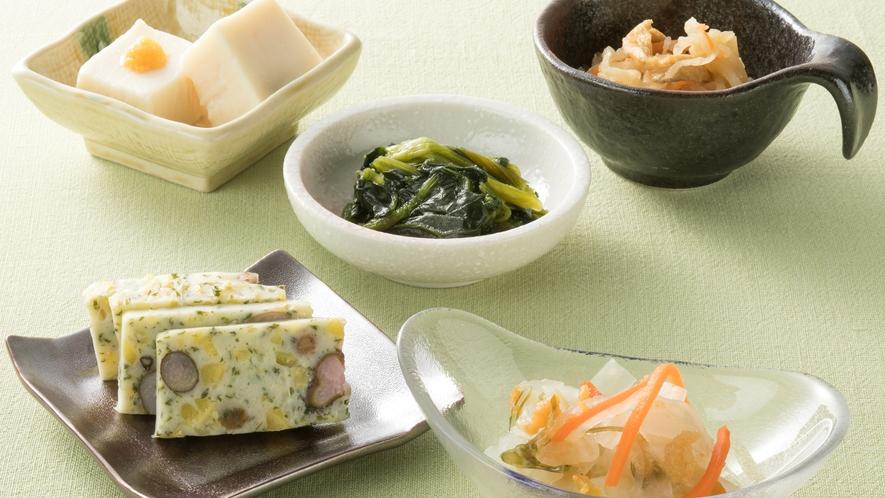 <朝食>【奈良名物】胡麻豆腐、大和野菜のおひたし、切り干し大根、柿なます、むかご真丈