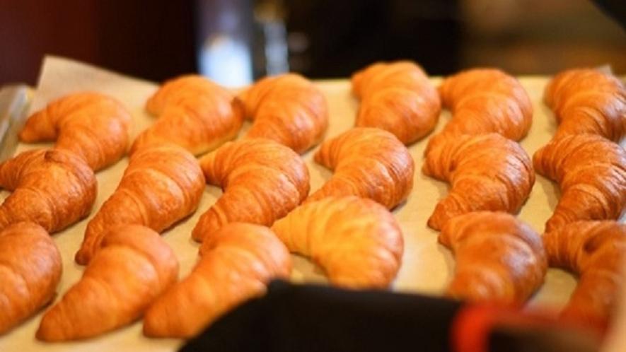 <朝食バイキング> 毎朝、レストランで焼いてます♪人気の焼き立てパン!