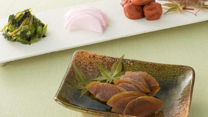 <朝食>【奈良名物】奈良漬け、漬物各種   <朝食>【奈良名物】茶粥 薬味を自由にトッピングし、薬膳