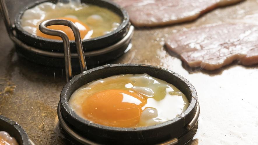 <朝食>目玉焼き&ベーコン。実演コーナーの鉄板で毎日焼き立て!