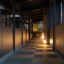 <渡り廊下>離れの『 別館 』へは渡り廊下を歩いて、ご移動頂きます。