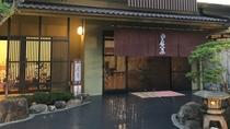 *【玄 関】格子や暖簾・軒行灯などを用いて、京町屋をイメージしております。