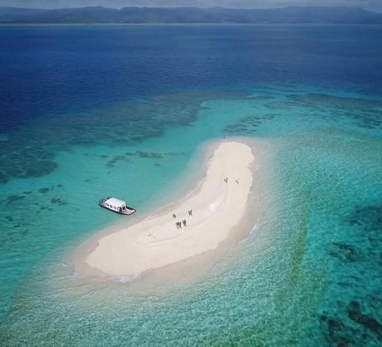 【小浜島と竹富島の間】に浮かぶ三日月形の無人島