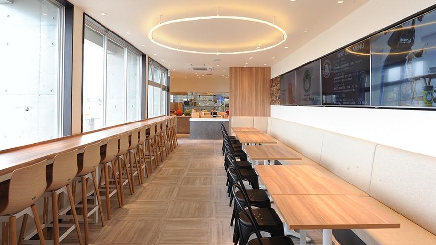 最上階の開放感のあるレストラン・ラウンジ