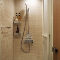 清潔感で好評を頂いているシャワールーム。入口は鍵が掛けられます。