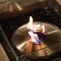 入口すぐのスペースには暖炉もあり、温かい雰囲気を演出。ソファに座ってゆったりお寛ぎ下さい。