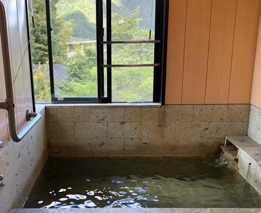 大文字焼の明星ヶ岳が見える温泉風呂