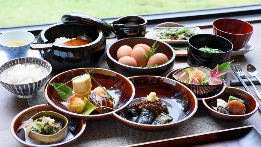 ご朝食 一例 富士五湖をイメージした器を使用しています