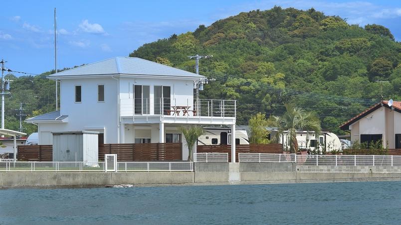 *【白い家】まるで海に浮かぶお家のようです。