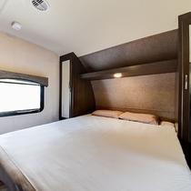 *【寝室】寝室にはクイーンサイズのベッドがございます。