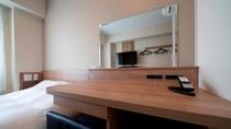 プレミアムダブル 広々とした机で快適にデスクワーク