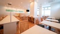 館内施設 白と木目を基調とした清潔感あふれる朝食会場
