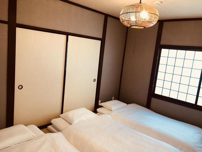 畳のお部屋には敷布団を3セットご用意しております