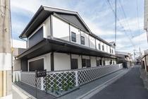 京都ならではの町屋風にデザインされた新築の宿泊施設です