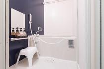 足が伸ばせる広々とした浴槽で旅の疲れを癒してください
