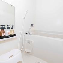 独立した浴室は、ゆったり浸かれる浴槽付