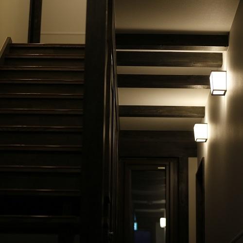 【施設の様子】古民家風で落ち着いた雰囲気の館内