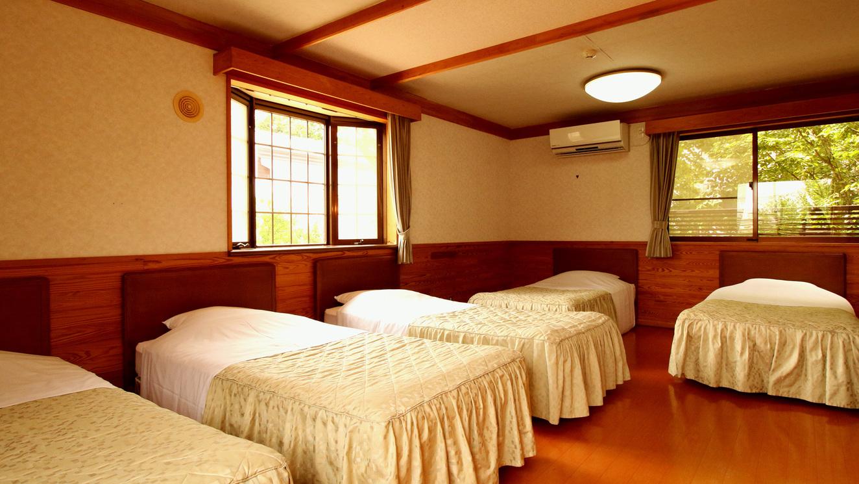■【コテージ・2階建て】  明るいベッドルーム。5名様までご利用OK