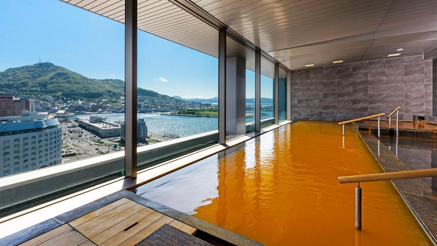 【大浴場】茶褐色のお湯は、旅の疲れや日頃の疲れを癒し身体の芯まで温めます。