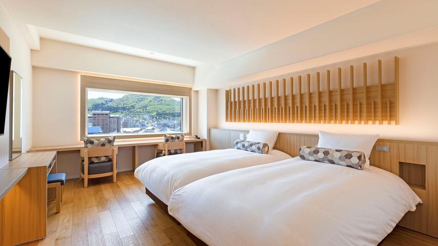 【客室】プレミアデラックスツイン/30㎡/白木を基調とした光あふれる空間。(最大2名)