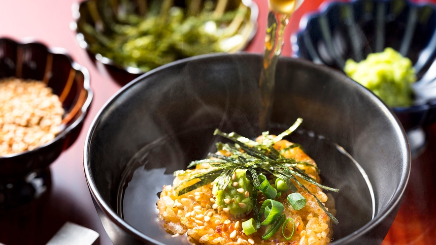【朝食】厳選した鰹節と北海道を代表する利尻昆布の旨味が詰まった出汁で味わう、焼きおにぎり。