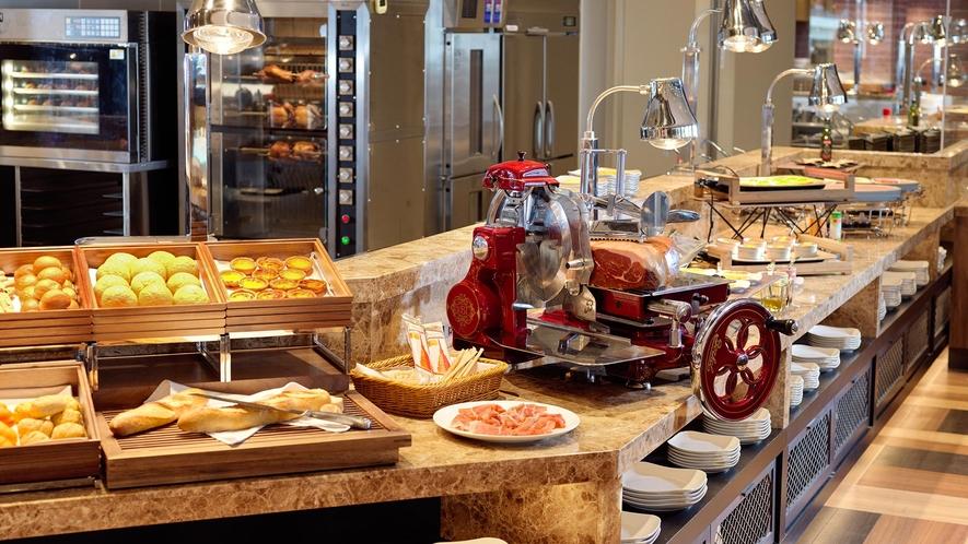 【朝食】焼きたてパン・オムレツ・パンケーキをお召し上がりいただける実演コーナーです。