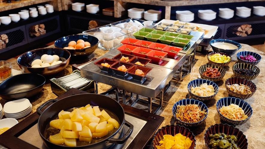 【朝食】種類豊富な小鉢をご用意しております。どこか懐かしいやさしい味をお楽しみください♪