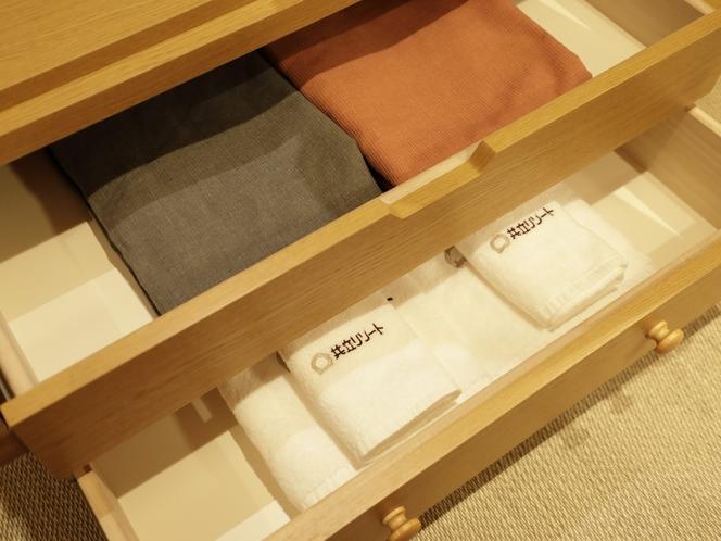 【客室:設備】客室には館内着・バスタオルをご準備しております。