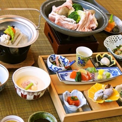 飛騨旨豚三段肉や名物すったて汁など地元食材を使った和食会席