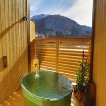 【貸切風呂:星雲の湯】陶器の造り。四季折々の景色をお愉しみ下さい。