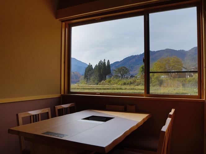 【施設】食事処『山ぼうし』 窓からはどこか懐かしい田舎風景。