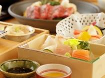 【食事】お造りは海の魚・川の魚を使用。季節によって内容は異なります。