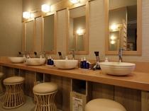 【大浴場】パウダールーム ドライヤー、アメニティー、化粧水、乳液などご準備有ります。