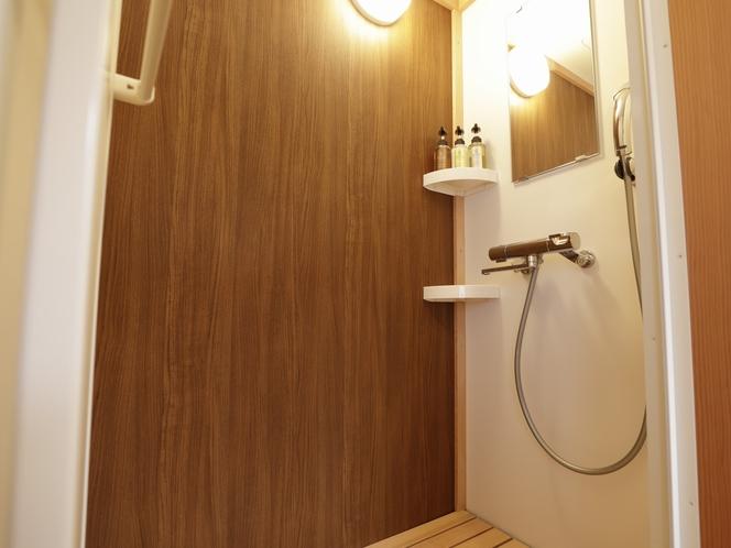 【客室:設備】全室シャワーブース 檜すのこで森林の中にいるようなリラックス効果