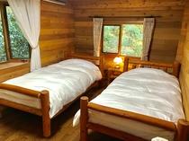 1F寝室のツインベッド