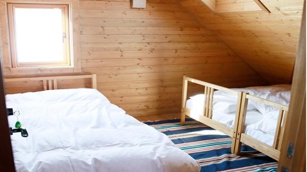 シングルベッド×3 変形部屋・天窓付