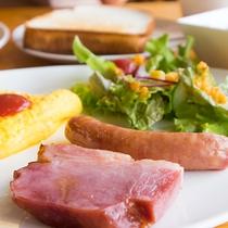 *朝食一例/古川ミートのソーセージに厚切りのベーコン、手作りドレッシングが人気