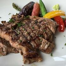 *レストランメニュー/牛ステーキと彩り豊かな新鮮野菜を添えて召し上がれ♪
