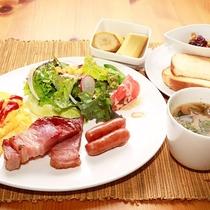 *朝食一例/厚切りのベーコンと新鮮野菜とスクランブルエッグで華やかなモーニング