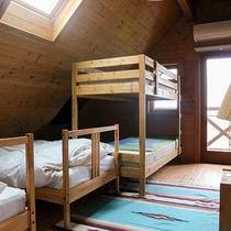 *客室一例/15.3畳にシングル×2、2段ベッド×1と天窓・テラス付き