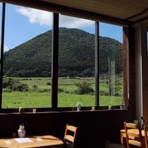 *レストラン/自慢の大きな窓からはやくらい山と広がる緑★時間も忘れついつい長居♪