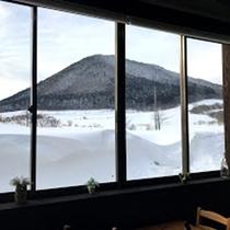 *レストラン/窓半分の高さあたりまで雪がこんもり。空気が澄んでいてきれいにのぞめます