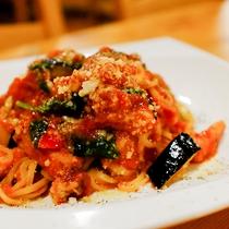 *料理一例/シェフ特製の生パスタ。旬の野菜とトマトソースの酸味がマッチ★