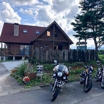 *外観・バイク一例/大自然を走り抜ける!バイカーさんにもおすすめ!駐輪場も完備。