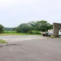 *駐車場/広々とした駐車場を完備。駅までは距離があるのでお車がおすすめ!