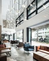 日中はニューヨークのカフェの様な雰囲気。