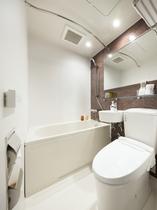 バスルーム(シングル・セミダブル・デラックスツイン)広めの浴槽仕様となっています。